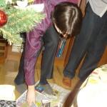 Конкурс на разрывание газеты одной рукой